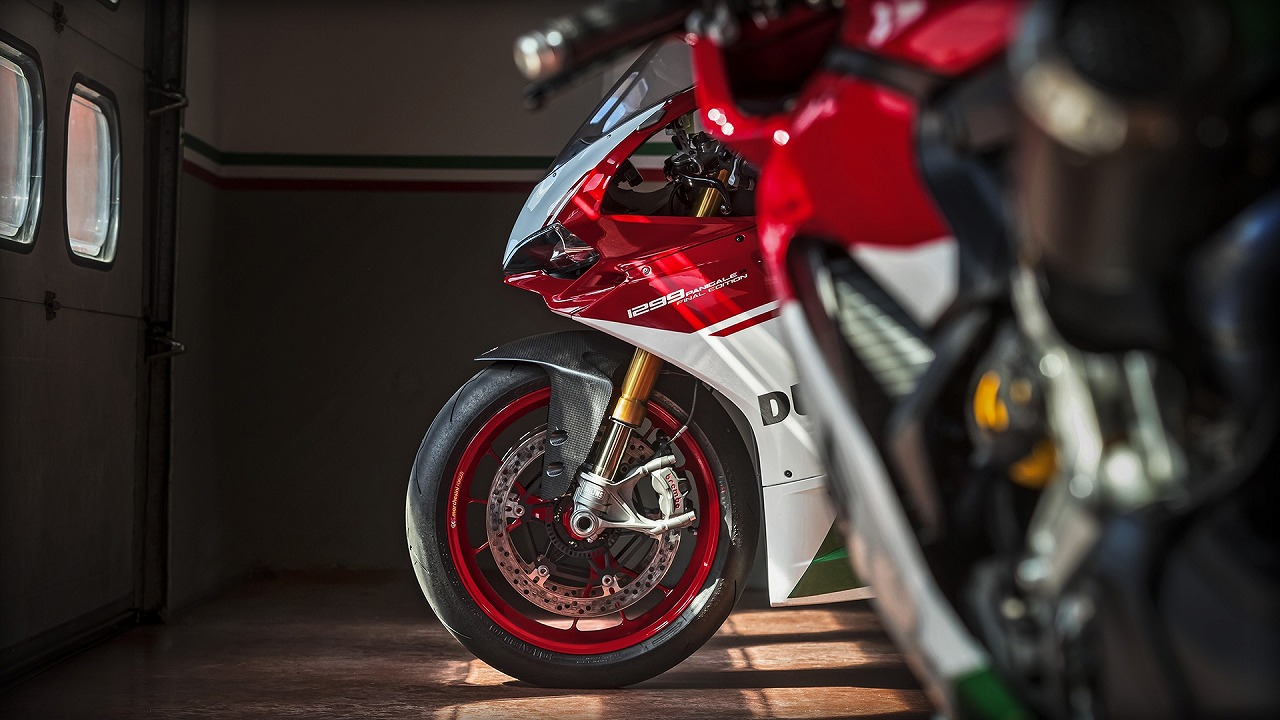 Panigale_Final-Edition_2018_Ambience_FE_01_Gallery_1920x1080.mediagallery_output_image_[1920x1080].jpg